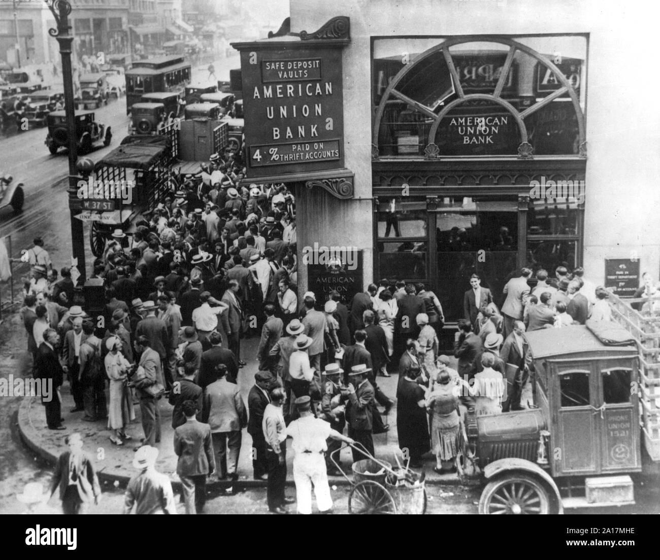Masse an der New Yorker American Union Bank bei einem Bank Run früh in der Großen Depression, der Crash an der Wall Street von 1929, auch als te Börsencrash 1929 oder den großen Crash bekannt, war ein großer Börsenkrach, dass Ende Oktober 1929 aufgetreten. Stockfoto