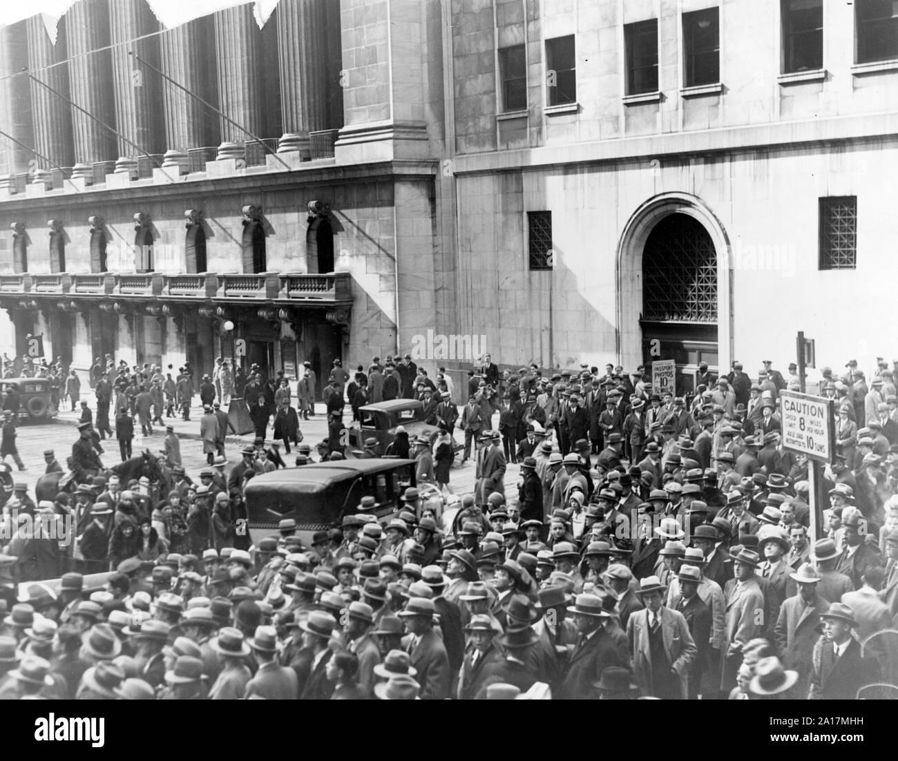 Scharen von Menschen sammeln außerhalb der New Yorker Börse nach dem Crash von 1929. Der Crash an der Wall Street von 1929, auch als te Börsencrash 1929 oder den großen Crash bekannt, war ein großer Börsenkrach, dass Ende Oktober 1929 aufgetreten. Stockfoto