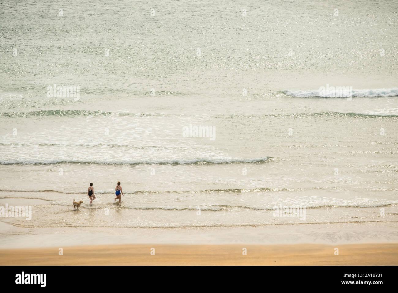 Reise und Tourismus: Menschen mit einem späten Sommernachmittag auf dem Golden Sands auf broadhaven South Beach und Küste, Pembrokeshire, South West Wales UK Stockfoto