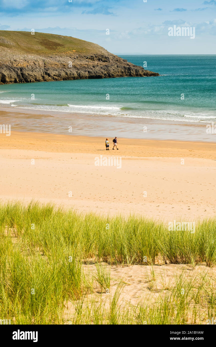 Reise und Tourismus: Menschen mit einem späten Sommernachmittag auf dem Golden Sands auf broadhaven South Beach und Küste, Pembrokeshire, South West Wales UK Stockfoto