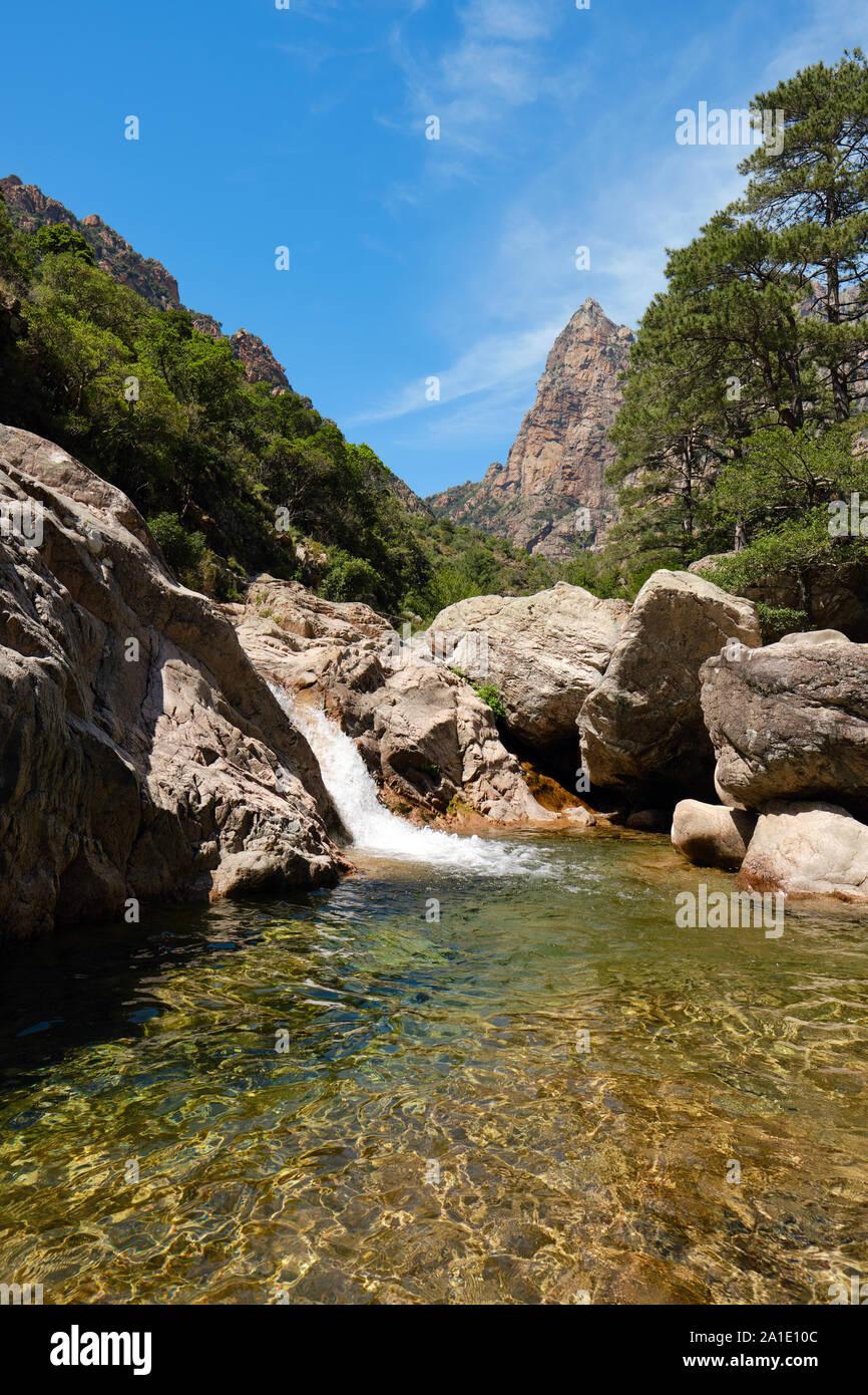Capu Casconi und das Vallée de Cocktail Bar/Cocktail Bar Tal mit Wasserfall und natürlichen Swimmingpool Spelunca Schlucht/Gorges de Spelunca, Ota Korsika Frankreich Stockfoto