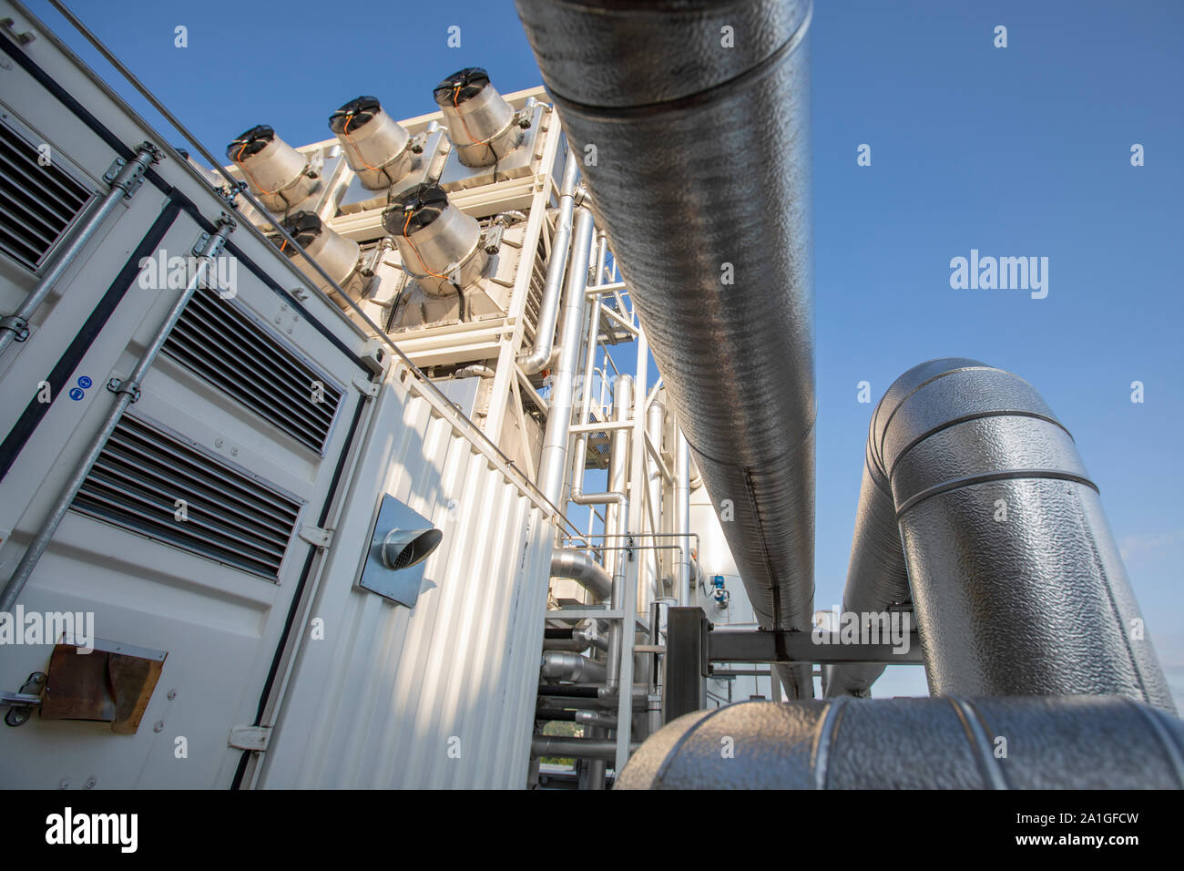 Die Schweizer Firma Climeworks laufen 30 DAC-Direct Air Capture-Ventilatoren auf dem Dach der Müll Verbrennungsanlage in Hinwil ausserhalb von Zürich. 2009 gegründet von Christoph Gebald und Jan Wurzbacher, hat das Unternehmen die modulare Carbon Capture Unit, von denen jeder in der Lage ist, saugen bis zu 135 Kilo CO2 aus der Luft täglich kommerzialisiert. Der Prozess wird Energie fordernd, und die Einheiten in Hilwil erhalten Sie die Leistung von der Verbrennungsanlage. Wiederum wird das CO2 in die benachbarten Gewächshäuser gepumpt, die Produktion von Tomaten und Gurken an accellerate. Stockfoto