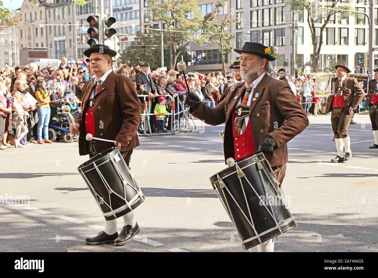 München, Deutschland - 22. SEPTEMBER 2019 Grand Eintrag des Oktoberfestes Vermieter und Brauereien, festliche Parade des prachtvollen gestalteten Wagen und Verbot Stockfoto