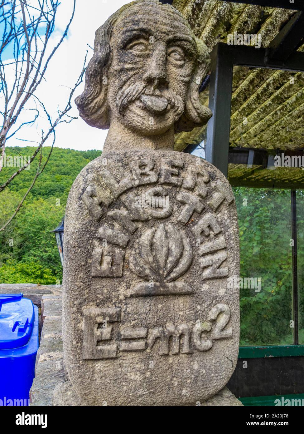 IRRHAUSEN, Deutschland - 15. SEPTEMBER 2013: Albert Einstein, seine Zunge stucking Denkmal mit der Masse - Energie Gleichwertigkeit neben einer Bushaltestelle, Bitburg Stockfoto