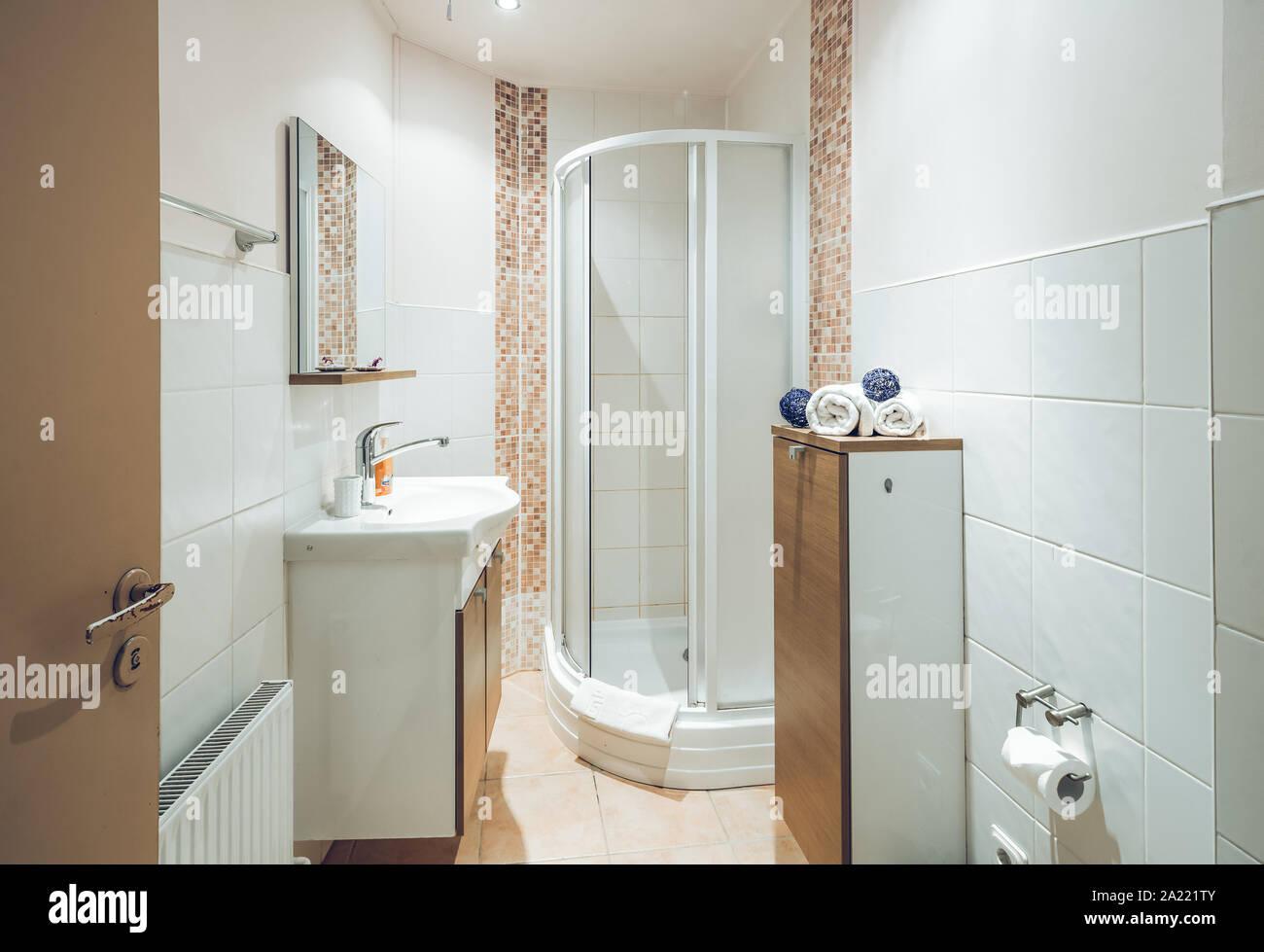 Kleines Badezimmer. Modernes Interieur. Weiße Fliesen ...