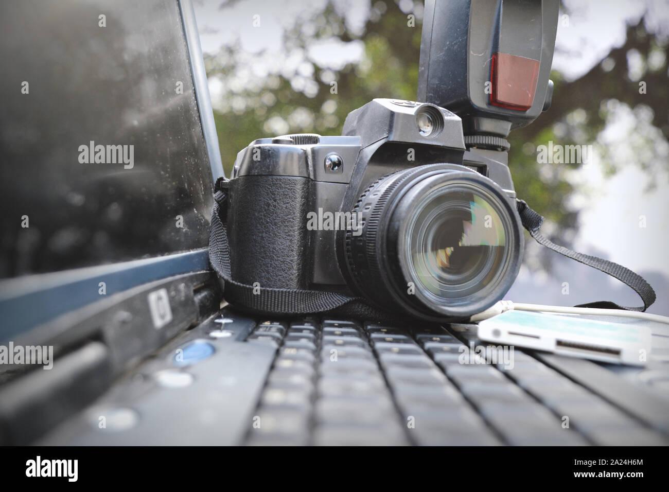 Alte DSLR-Kamera und Laptop HD Foto mit Bokeh Natur Hintergrund  Stockfotografie - Alamy