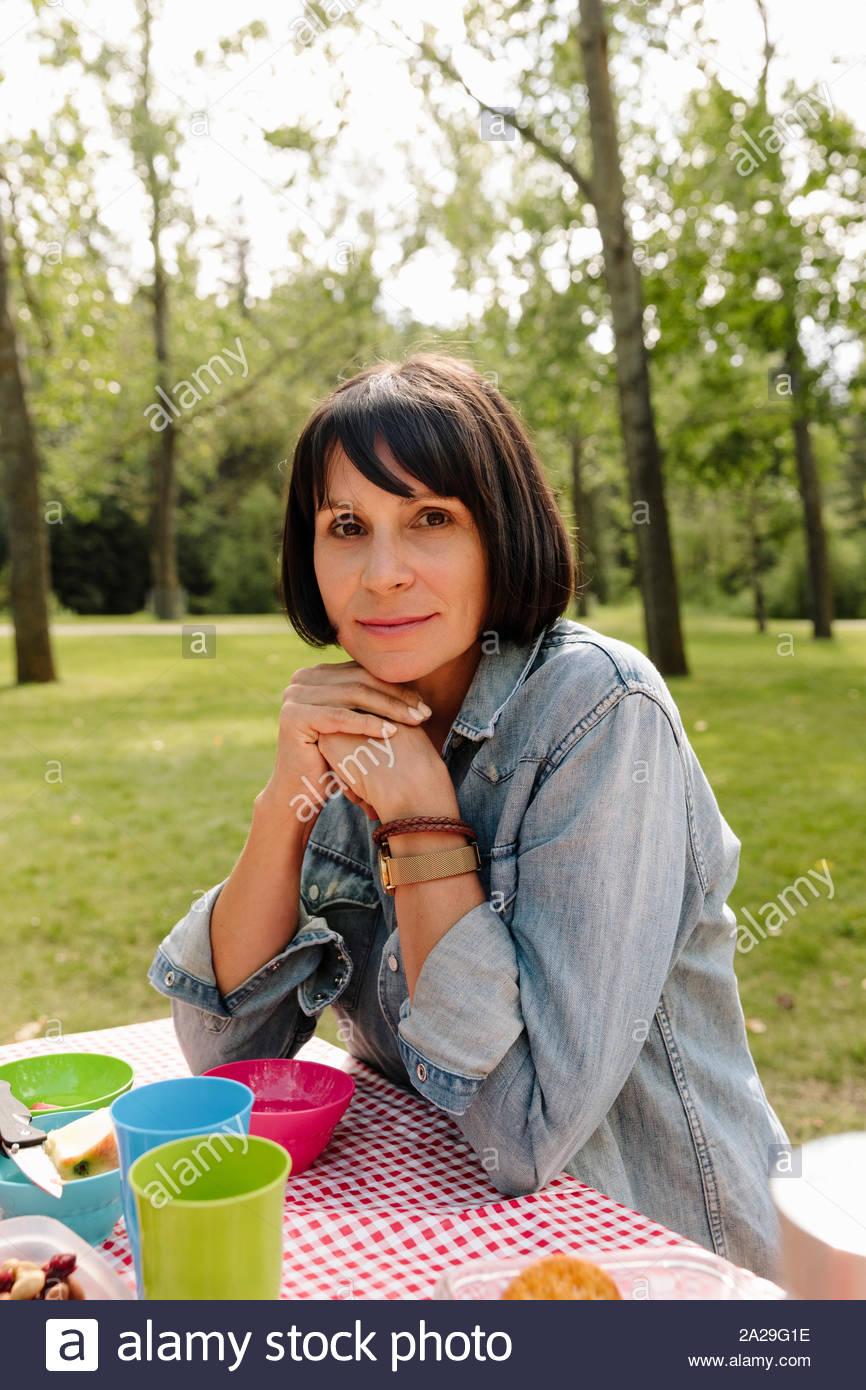 Portrait von Frau mit Picknick im Park Stockfoto