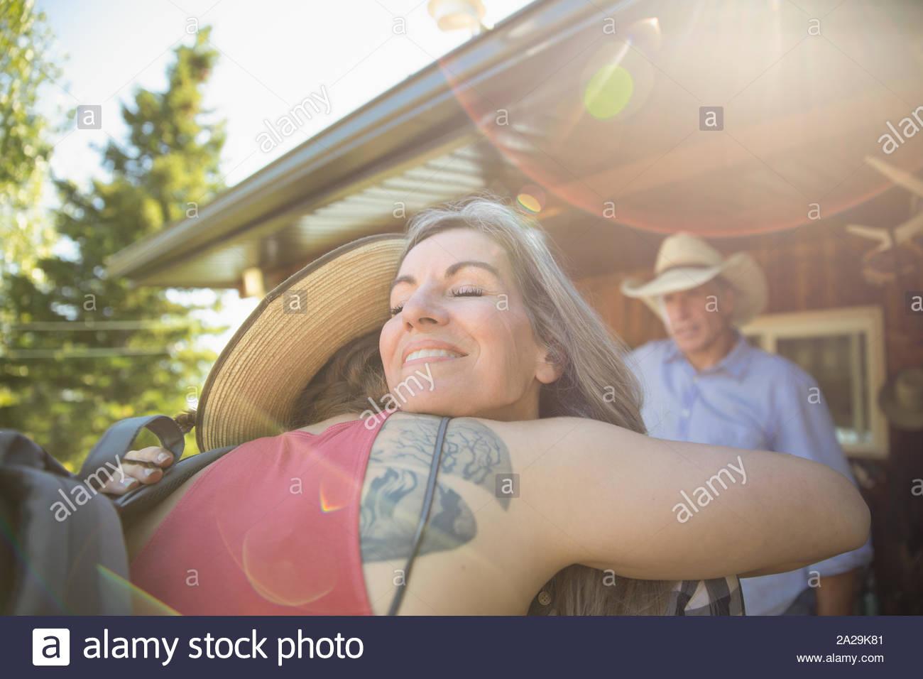Liebevolle Mutter umarmt Tochter auf der Ranch Stockfoto