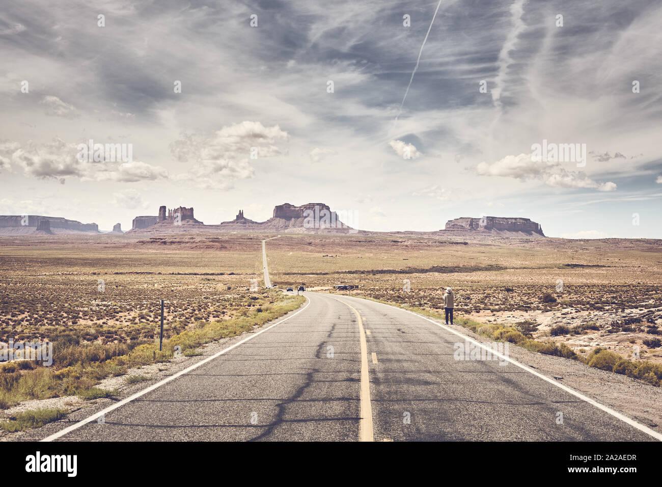 Retro stilisierte Bild von Monument Valley von berühmten U.S. Route 163, Utah, USA gesehen. Stockfoto
