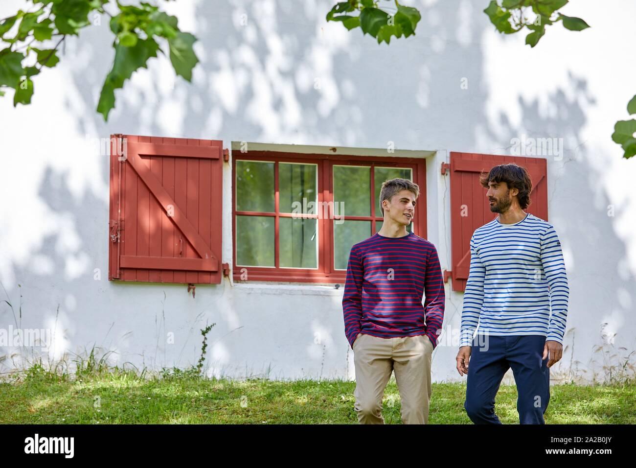Erwachsene und junge Menschen, Holiday Centre, baskische Architektur, Route De La Corniche, Hendaye, Aquitaine, Baskenland, Frankreich Stockfoto