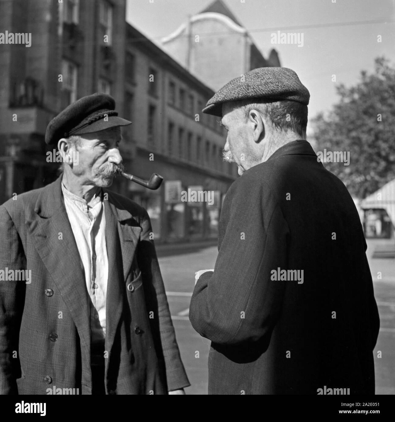 Zwei alte Herren bei einer Unterhaltung in Düsseldorf, Deutschland 1930er Jahre. Zwei ältere Männer mit einem Chat in Duesseldorf, Deutschland 1930. Stockfoto