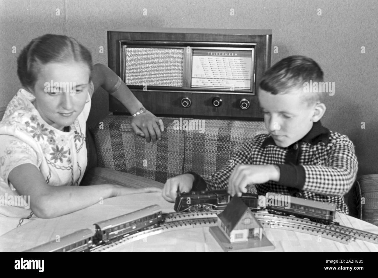 Mutter Und Sohn Horen Radio Im Wohnzimmer Deutschland