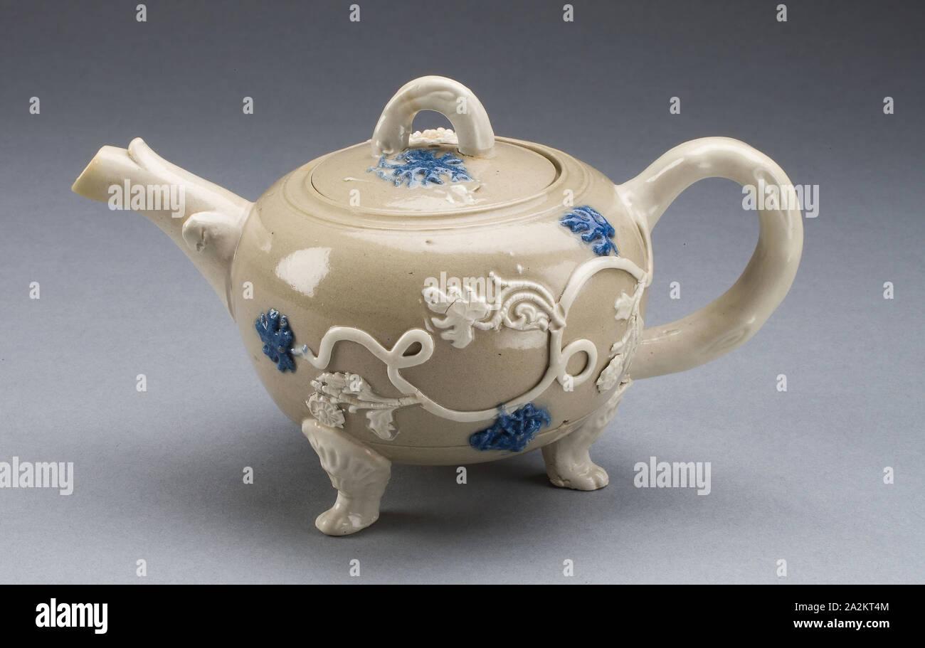 Teekanne, 1750/55, Staffordshire, England, Staffordshire, Salz - glasiert Steinzeug, mit der angewandten Dekoration und mehrfarbigen Emaillen, 9,2 x 15,6 x 9,2 cm (3 5/8 x 6 1/8 x 3 5/8 Zoll Stockfoto