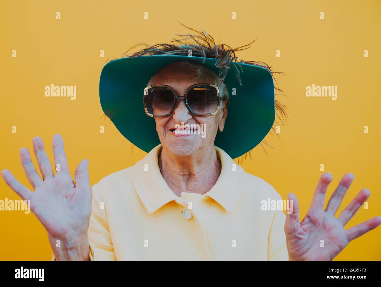 Lustige Großmutter Porträts. Senior alte Frau Dressing elegant für ein besonderes Ereignis. Konzept über die seniorität Stockfoto