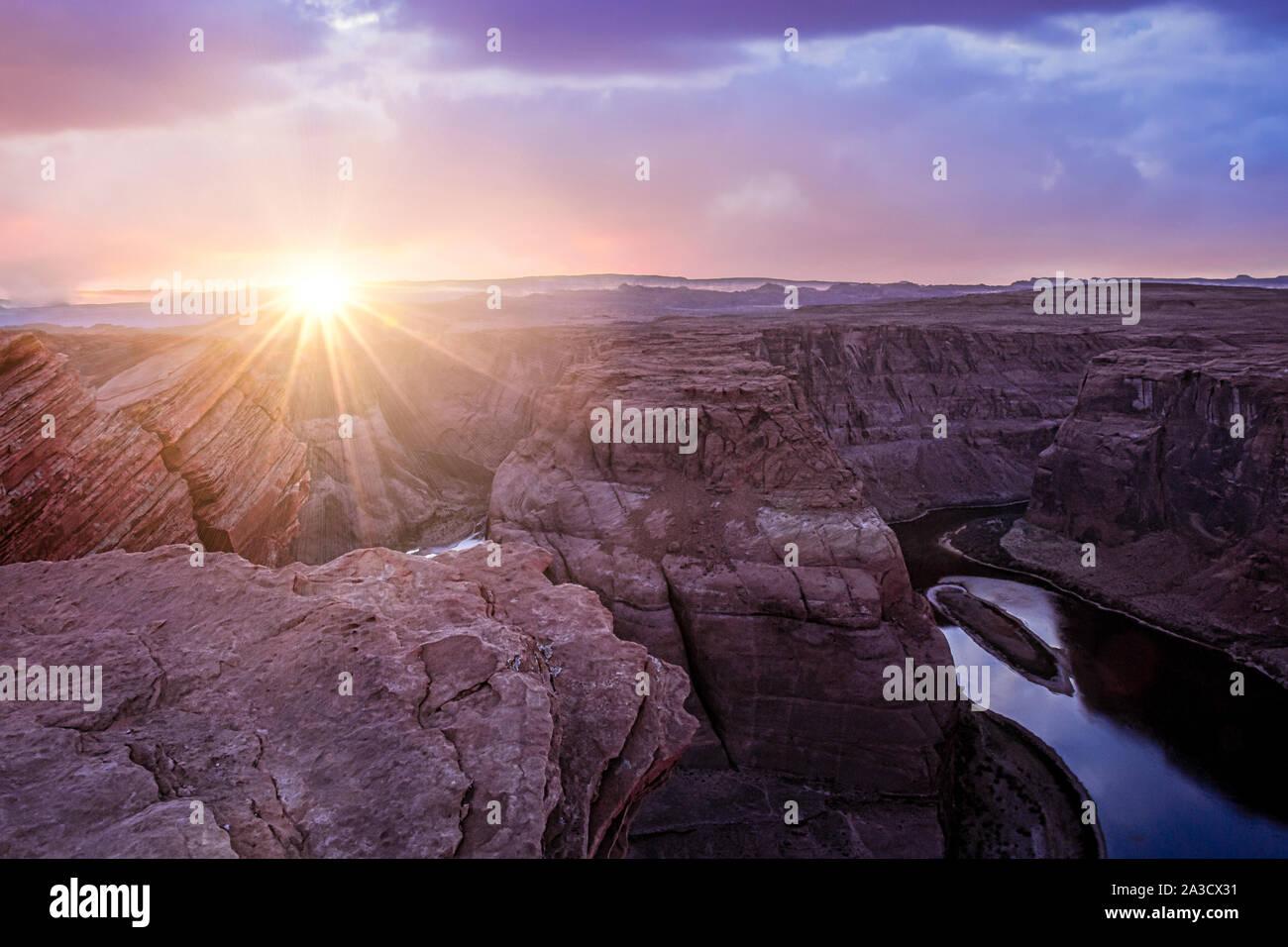 Dramatischer Sonnenuntergang mit Sonnenstrahlen im Horseshoe Canyon in Page, Arizona Bend Stockfoto