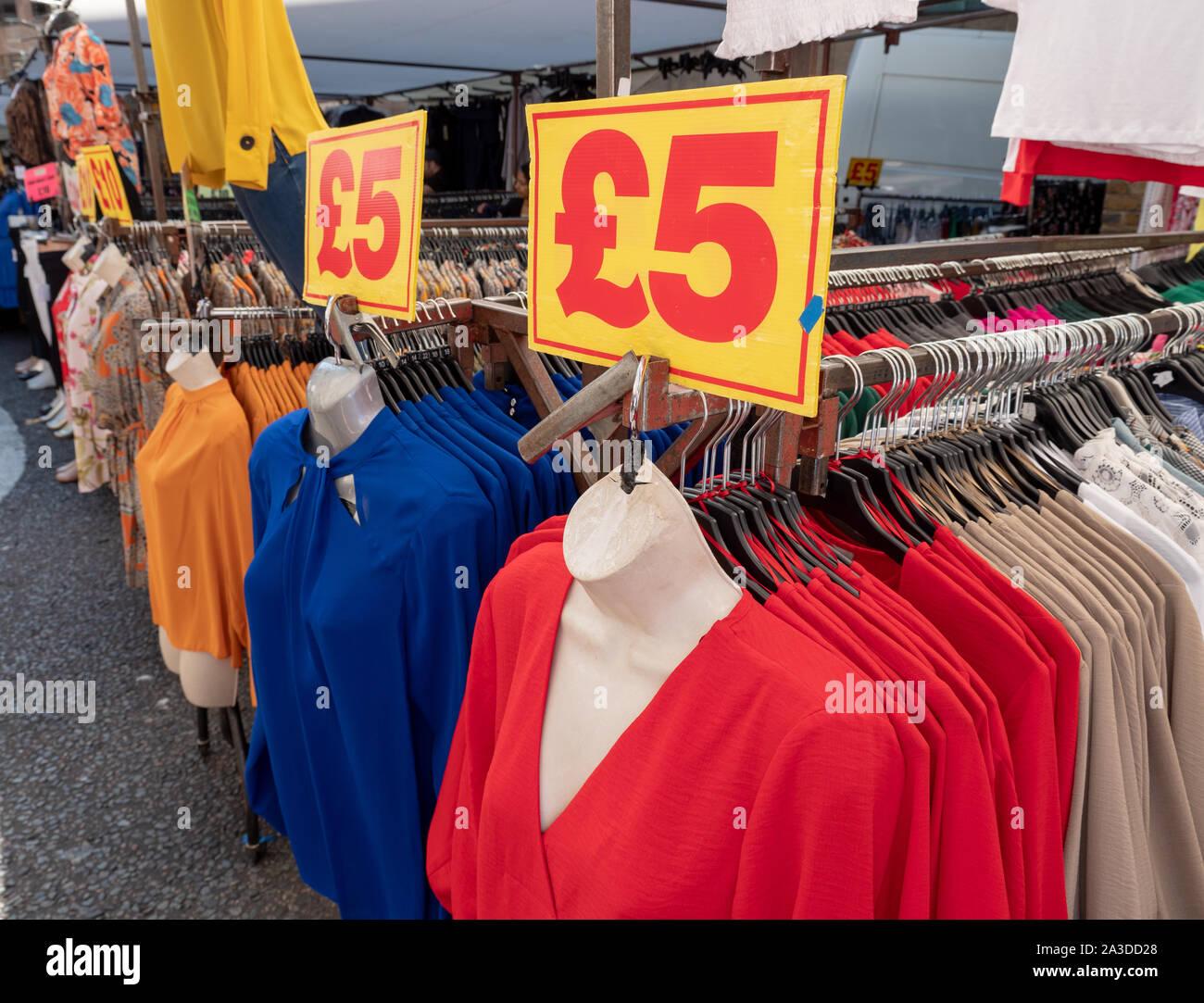 billige kleidung stockfotos und -bilder kaufen - alamy
