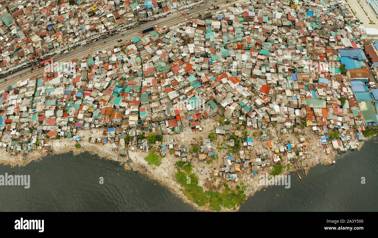 Slums in Manila in der Nähe des Hafens. Fluss verschmutzt mit Plastik und Müll. Manila, Philippinen. Stockfoto
