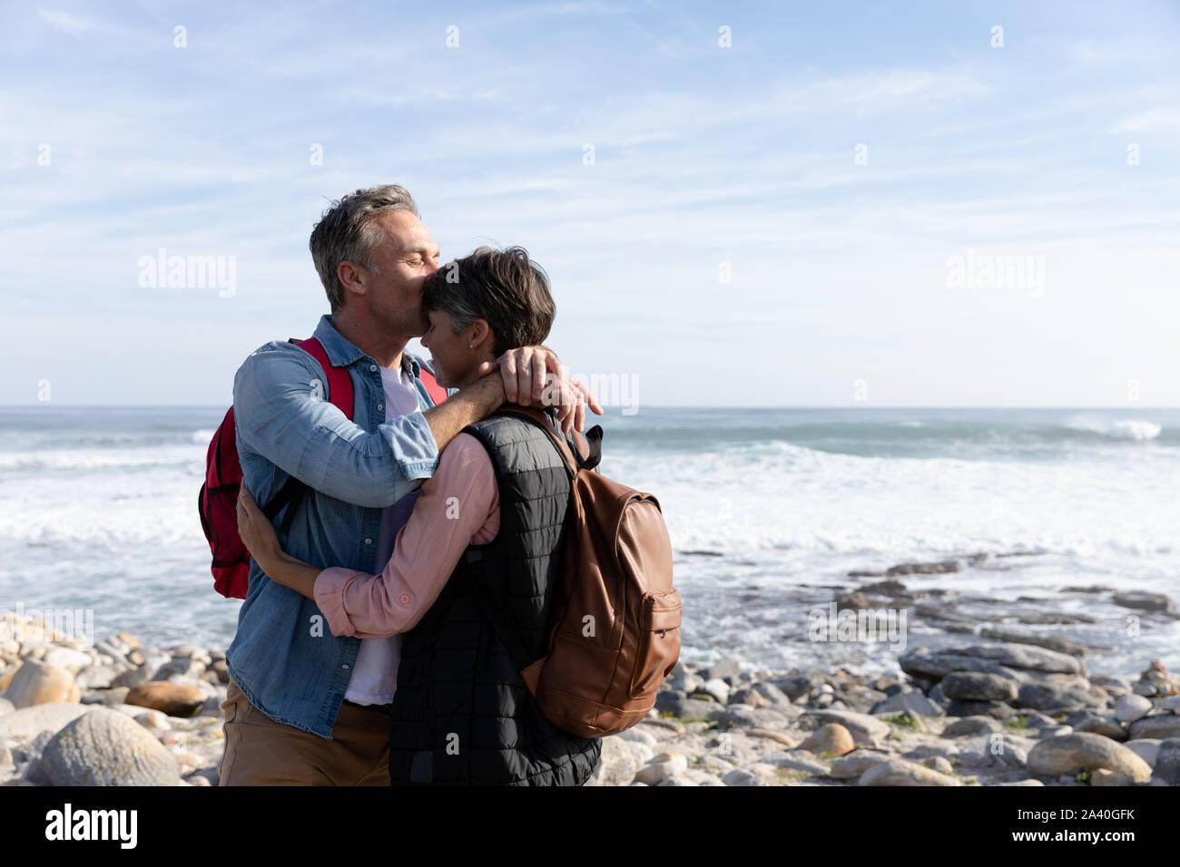 Paar am Meer umarmt Stockfoto