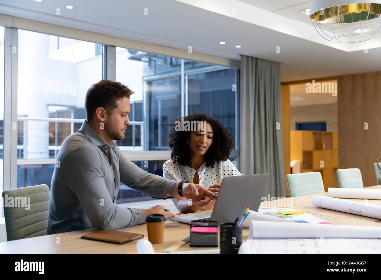 Zwei junge Kreative Profis zusammen arbeiten in einem modernen Büro Stockfoto