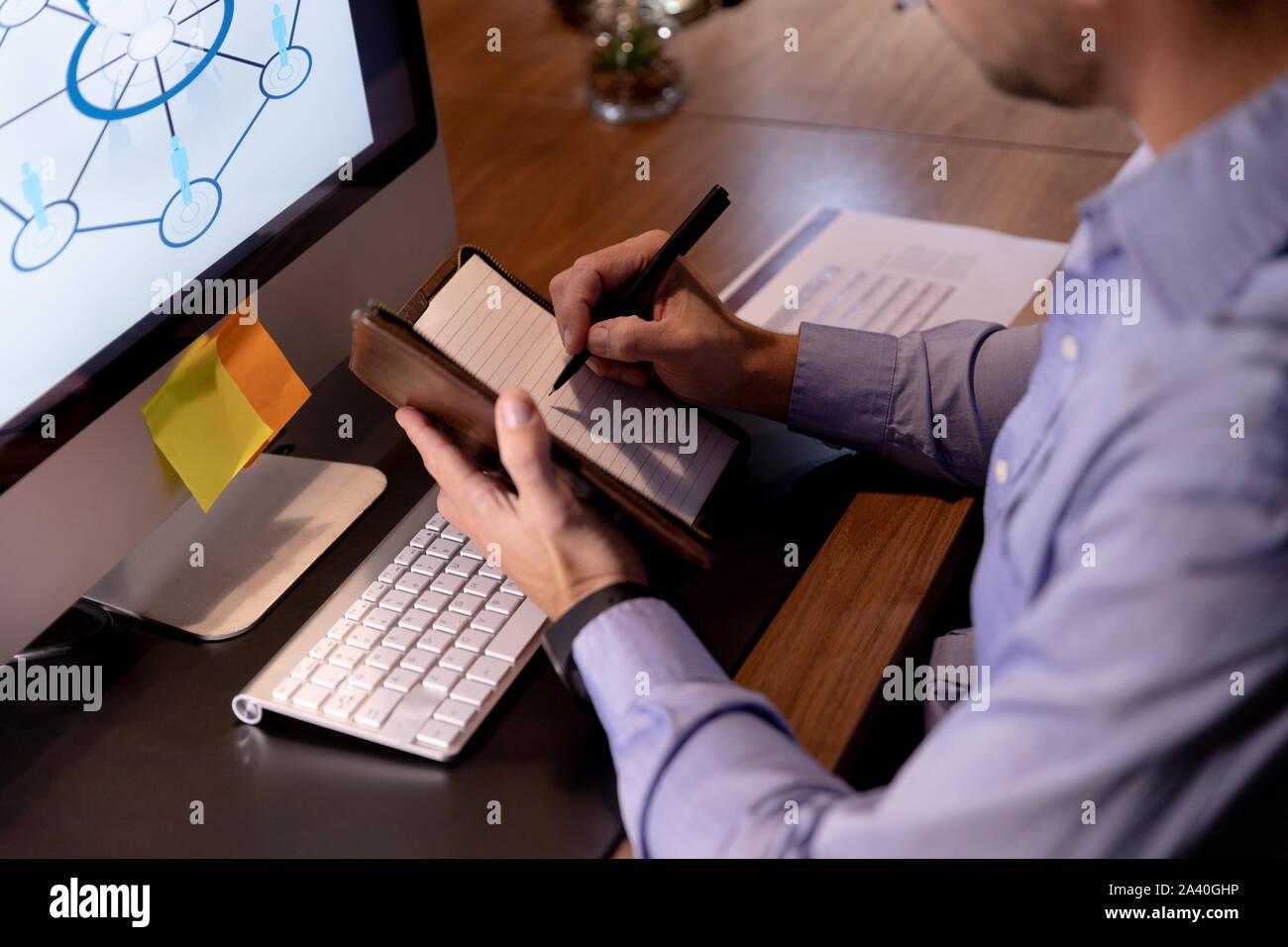 Junge männliche professionelles Arbeiten spät in kreative Büro Stockfoto
