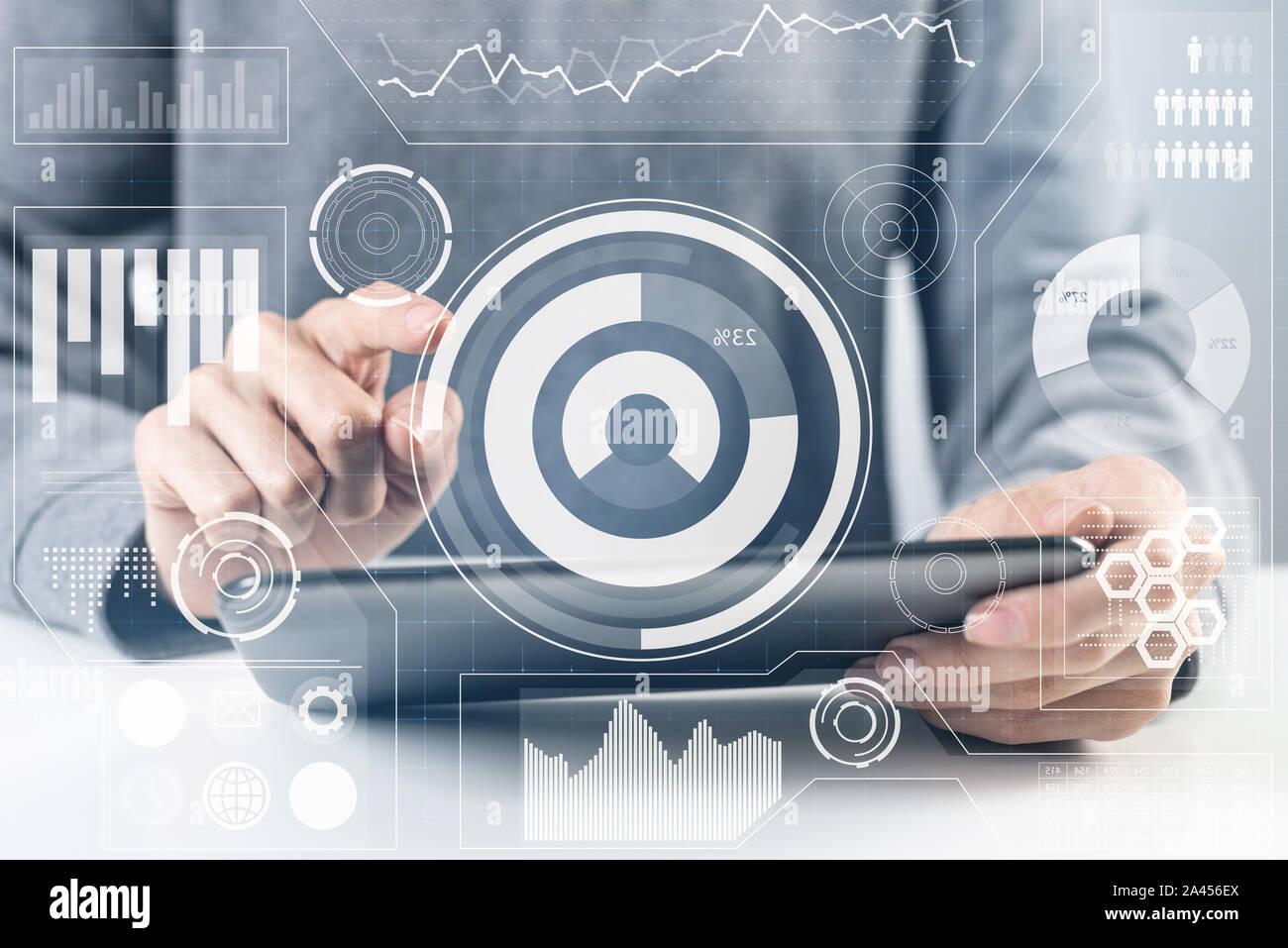 Börsenmakler mit finanzieller Informationen arbeiten Stockfoto