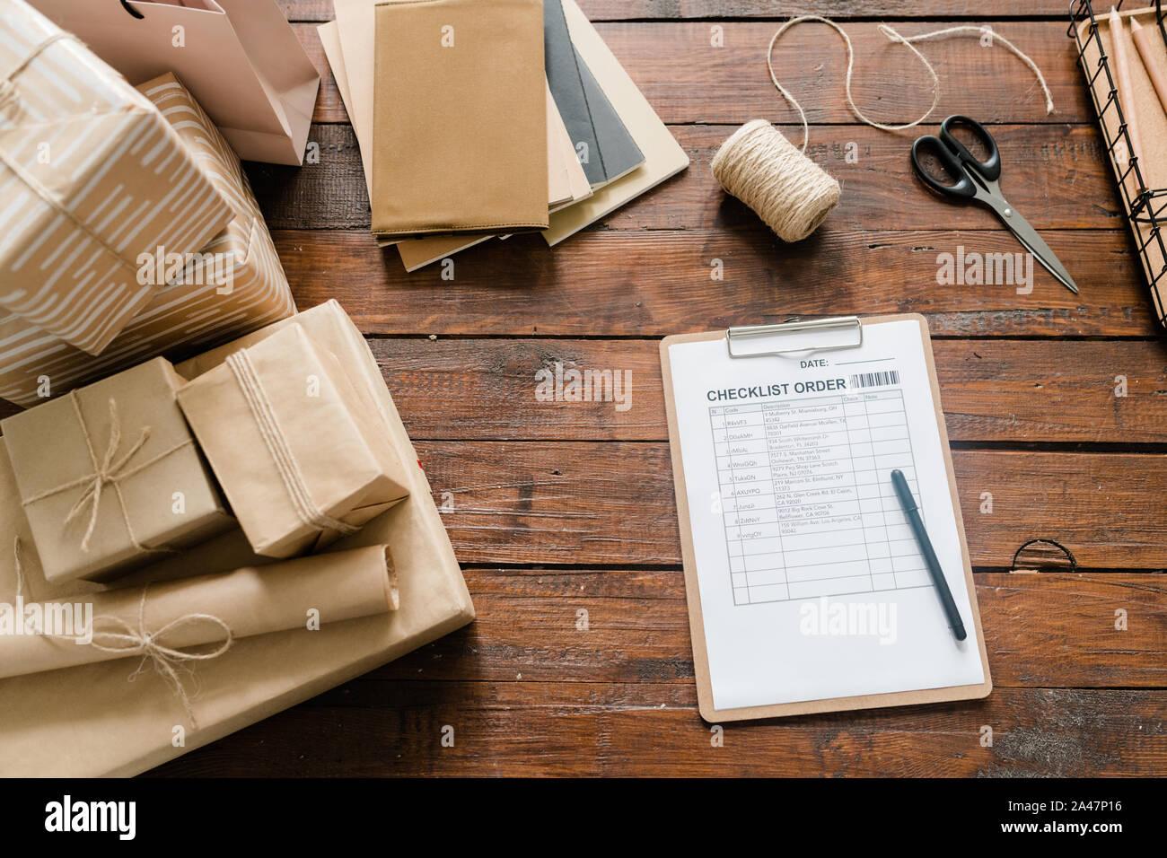 Checkliste Papier, Stift, verpackten Kartons, Gewinde, Schere und Stapel von Notizblöcke. Stockfoto