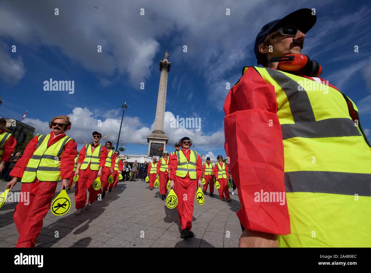 Aussterben Rebellion Protest weiterhin in London ab dem 7. Oktober. Das Ziel der Teilnahme an gewaltfreier direkter Aktion und zivilem Ungehorsam wurde die Aufmerksamkeit auf die Klimakrise und Verlust der biologischen Vielfalt zu zeichnen. Aussterben Rebellion Forderungen sind, dass die Regierungen die Öffentlichkeit die Wahrheit über das tatsächliche Ausmaß der Krise, jetzt Maßnahmen ergreifen, die CO2-Emissionen zu verringern und, das Bürgerinnen und Bürger Baugruppen Änderungen der Richtlinien zu überwachen. Sie verlangen auch, dass Maßnahmen ergriffen werden, um die Zerstörung der natürlichen Welt, die in den '6 Massenaussterben von Arten führt, ist zu unterlassen. Stockfoto