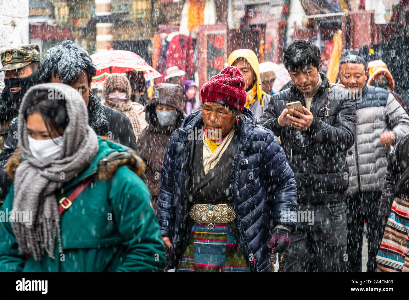 Lhasa, China - 26. Dezember 2018: die tibetischen Buddhisten devouts führen Sie eine kora um den Jokhang Tempel entlang Barkhor Straße in der Altstadt von Lhasa in Tibet Stockfoto