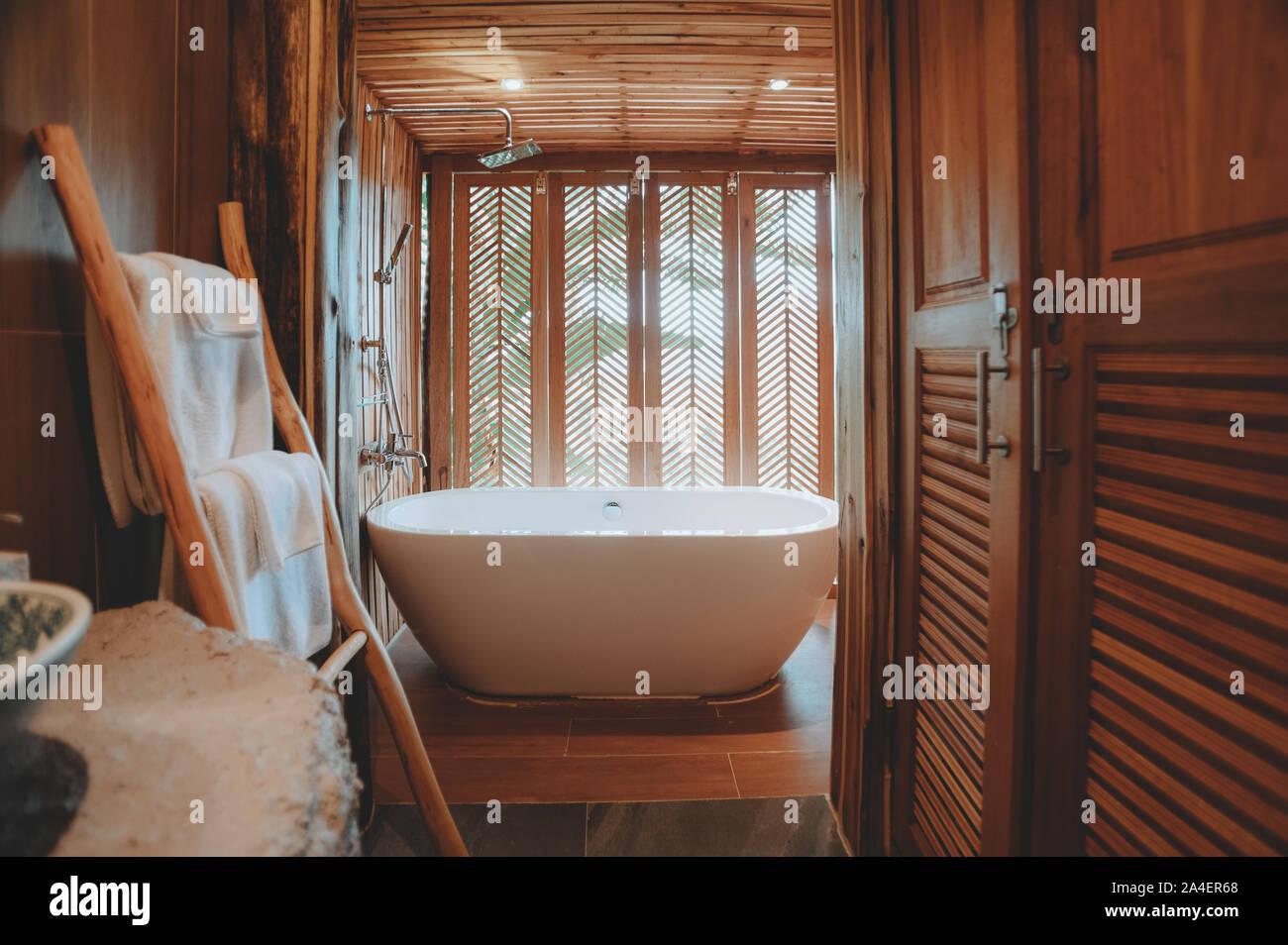 Schöne luxuriöse weiße Wanne Dekoration im Bad Interieur für Freizeitaktivitäten entspannen Stockfoto