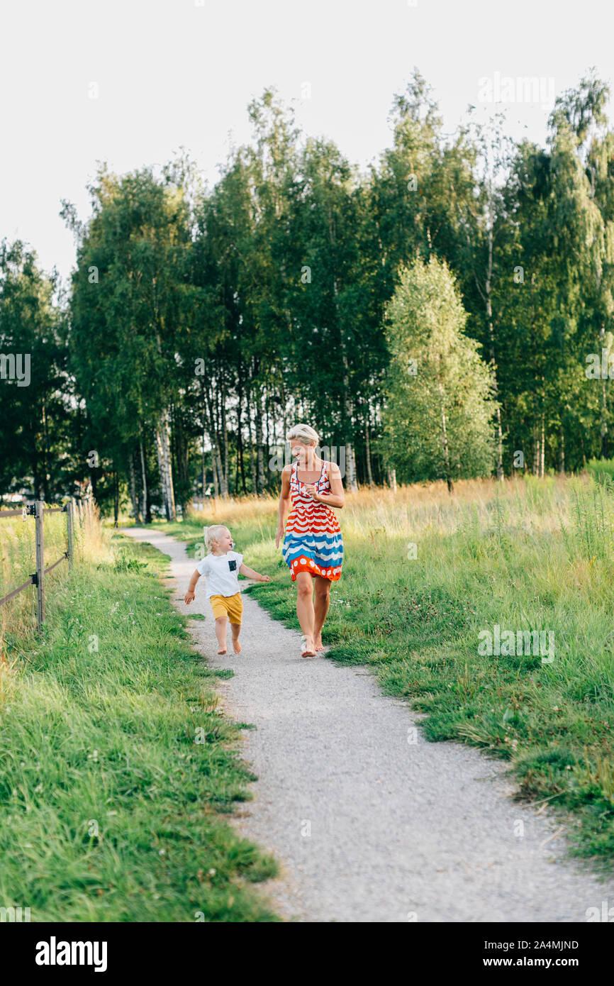 Mutter und Sohn zu Fuß Stockfoto