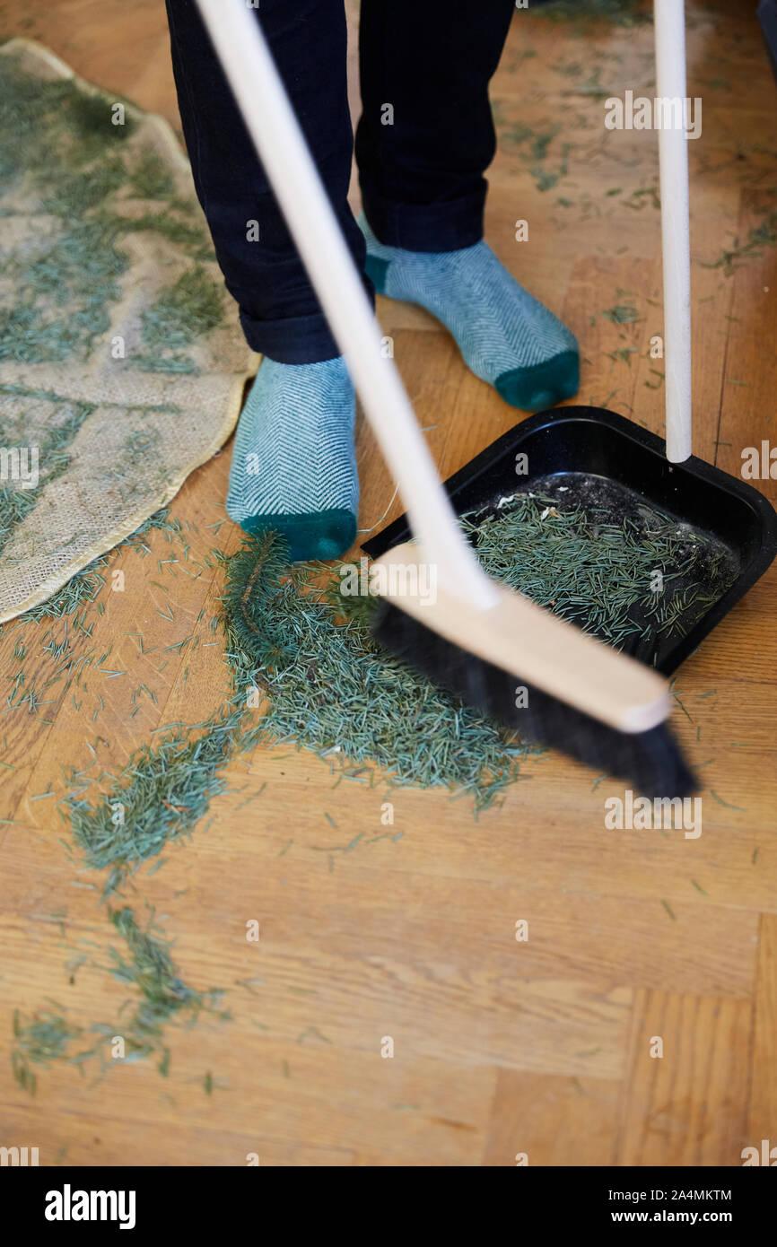 Reinigung Weihnachtsbaum Nadeln Stockfoto