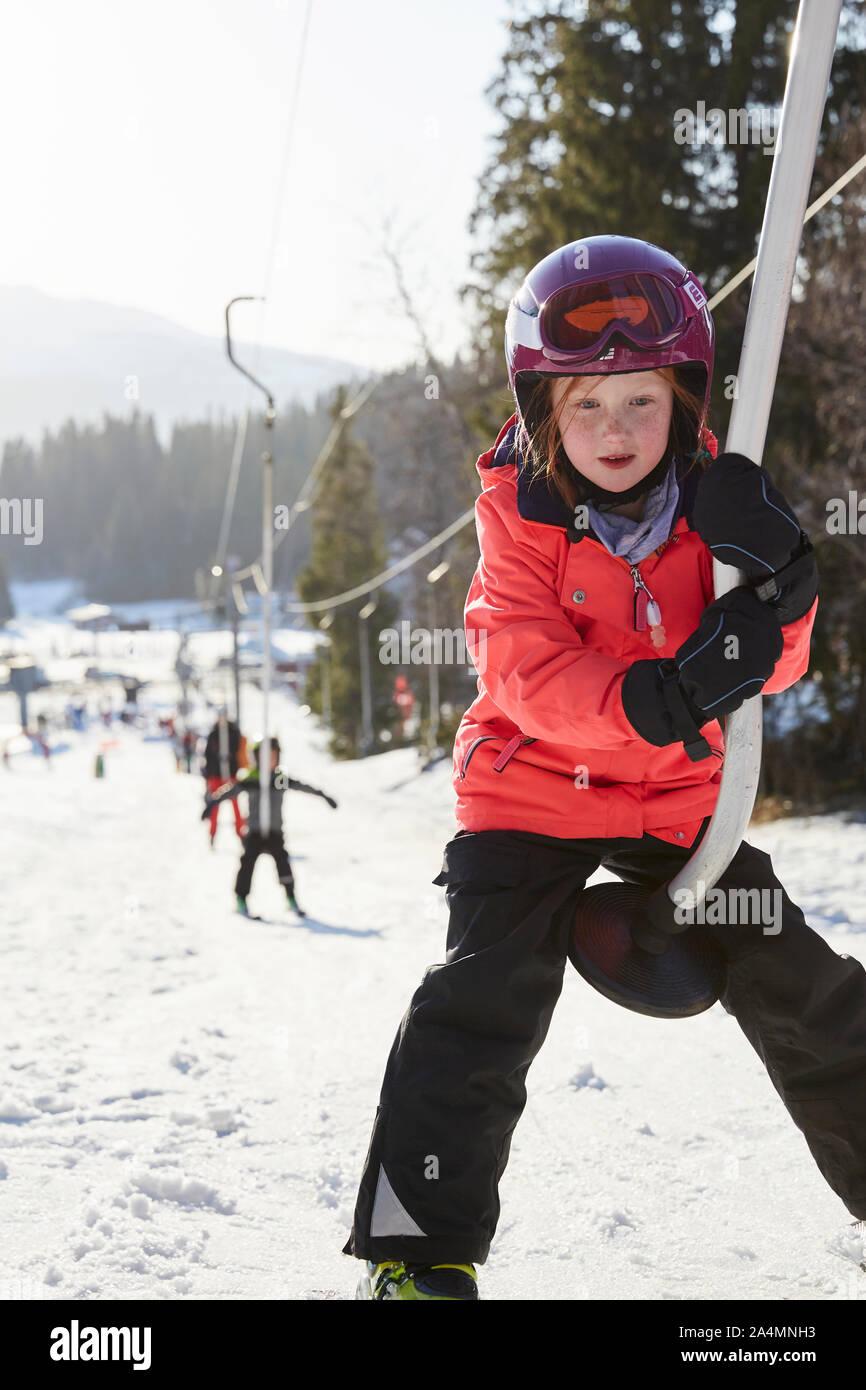 Mädchen auf Skilift Stockfoto