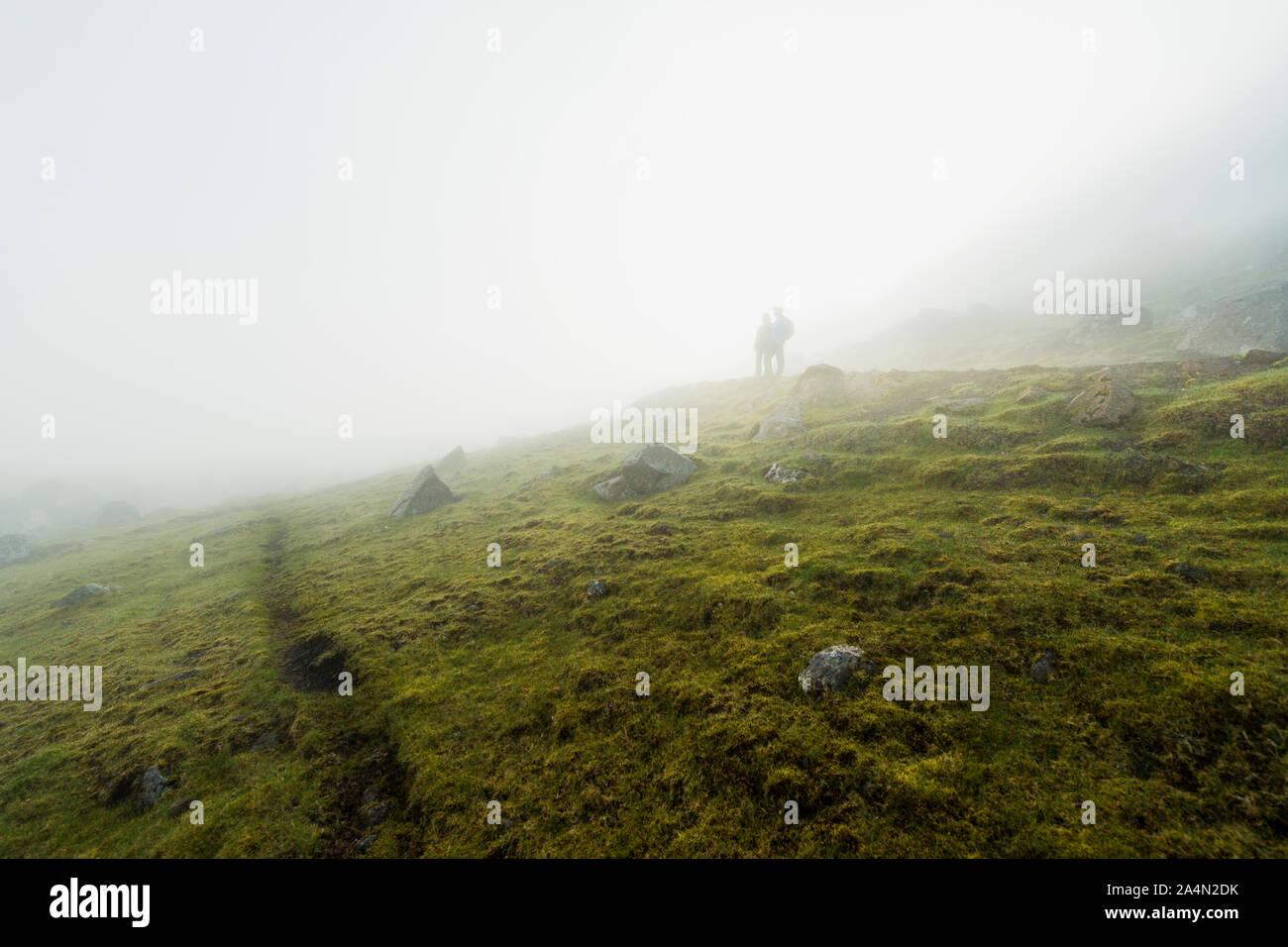 Silhouetten der Wanderer im Nebel Stockfoto
