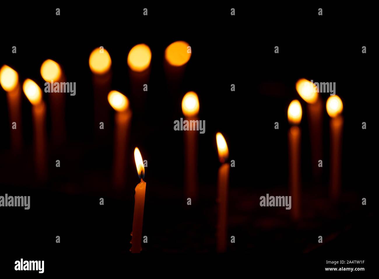 Diwali Dekoration Hintergrund - Kerzen brennen in einem Zick-Zack-Muster während der indischen festliche Feier. Konzept für Hindus, Christen, Buddhisten, traditio Stockfoto