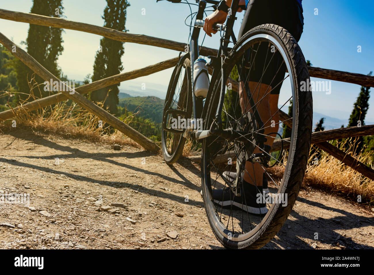 Niedrigen Winkel eines männlichen Radfahrer, der mit seinem Fahrrad vor oder nach dem Training beobachten die Ansicht Stockfoto