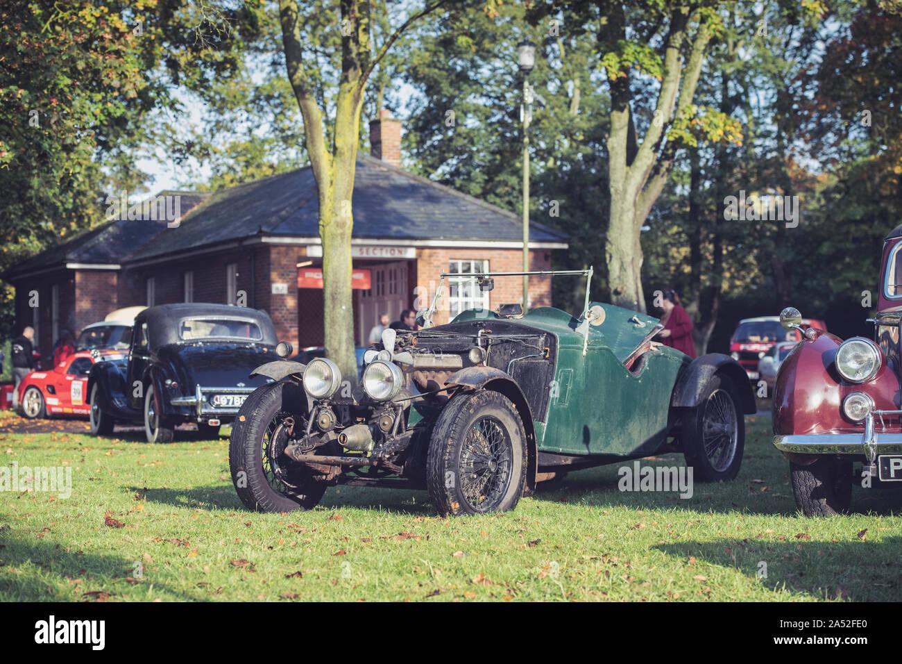 Unrestaurierten Oldtimer Riley Auto bereit für die Wiederherstellung im Bicester Heritage Center Sonntag Jagtfall. Oxfordshire, England. Vintage Filter angewendet Stockfoto