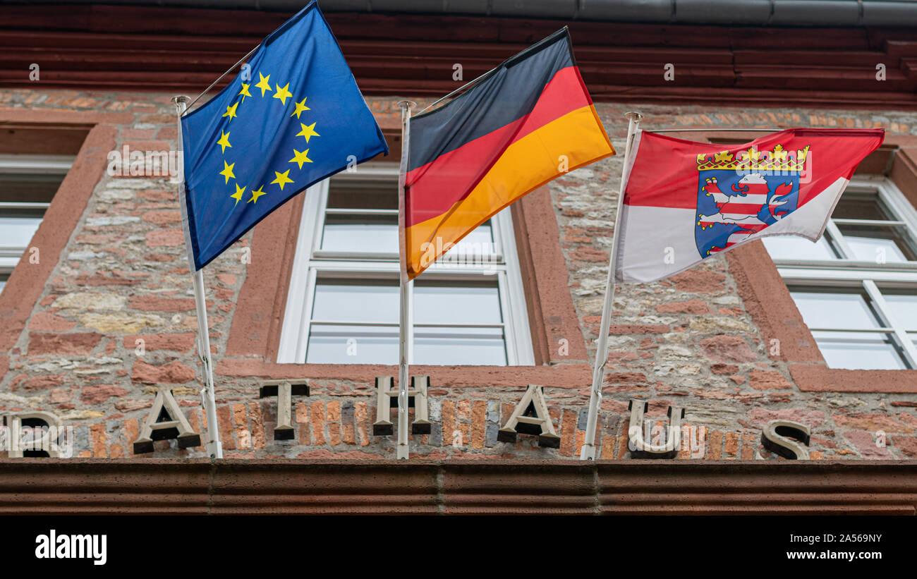 Symbole, Deutschland, Hessen, 63505 Langenselbold, Rathaus, Oktober 09. Das Rathaus in Langenselbold mit der Europaeischen, der deutschen und der Hessisch Stockfoto