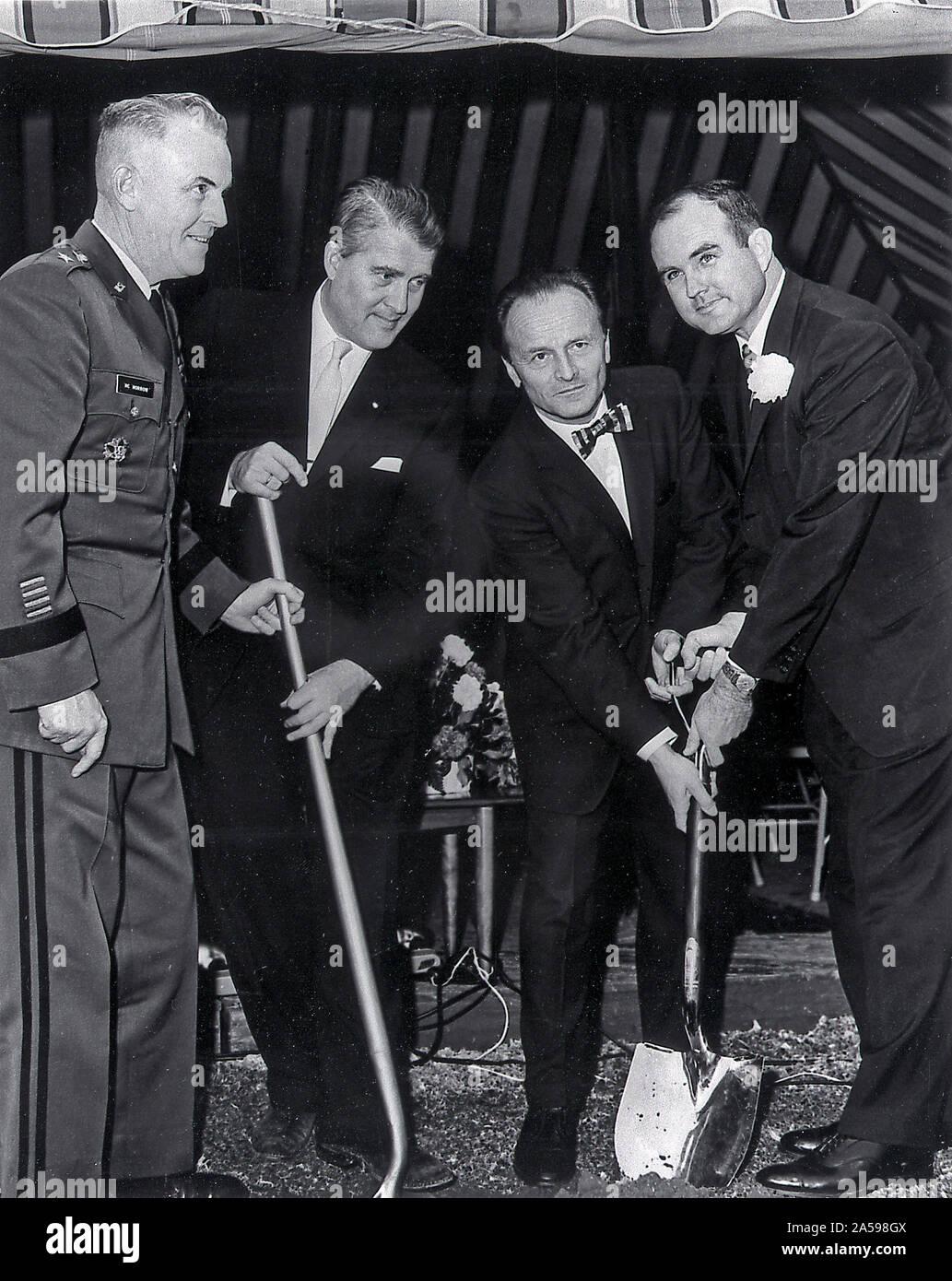 Dr. Wernher von Braun, Major General Francis McMorrow und Alabama Gouverneur, John Patterson (ganz links) bei der Grundsteinlegung für die Universität von Alabama in Huntsville teilgenommen, 20. Dezember 1962. Stockfoto