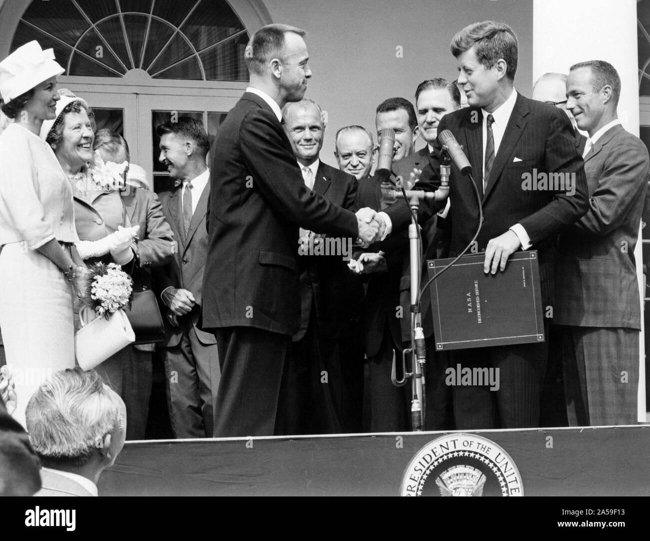 Astronaut Alan B. Shepard, Jr. erhält die NASA Distinguished Service Award von United States Präsident John F. Kennedy Mai 8, 1961, Tage nach seiner Geschichte, Herr-3 Flug. Shepard's Frau und Mutter auf der linken und die anderen sechs Mercury Astronauten sind im Hintergrund. Stockfoto