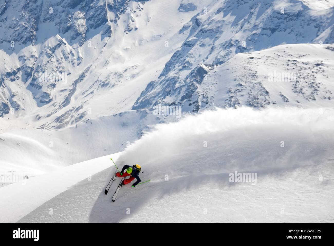 Man Skifahren im Tiefschnee in den österreichischen Alpen, Gastein, Salzburg, Österreich Stockfoto