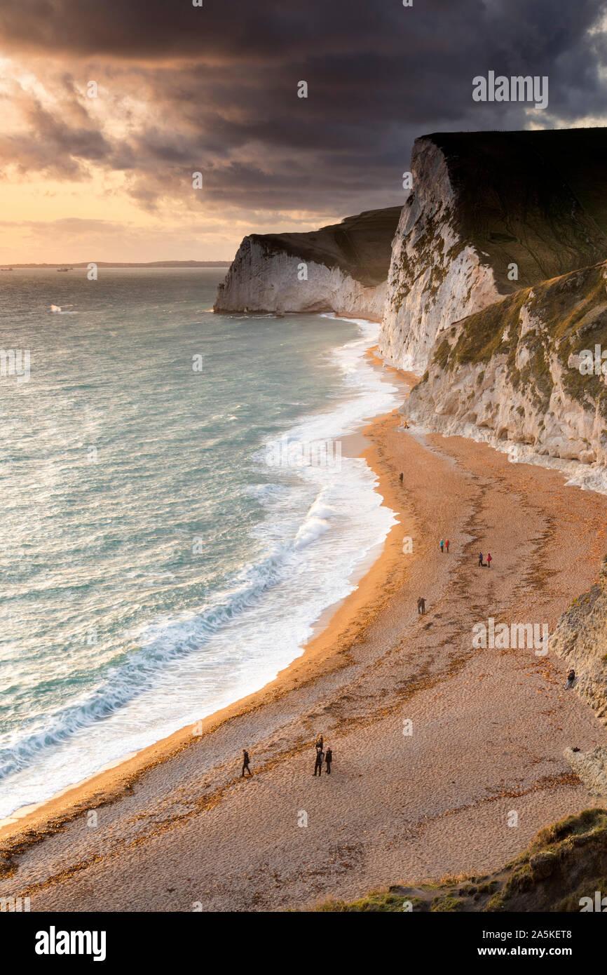 Der Blick in Richtung des bat Kopf und Swyre Kopf von der South West Coast Path oben Durdle Door, Dorset, Großbritannien Stockfoto