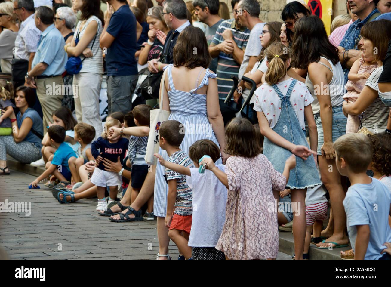 Kinder beobachten die Riesen Parade während La Merce Festival 2019 am Placa de Sant Jaume in Barcelona, Spanien Stockfoto