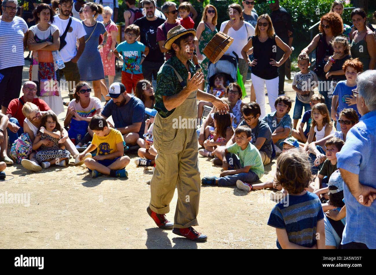 Kinder aufpassen eines Street Performer in Ciutadella Park während La Merce 2019 in Barcelona, Spanien Stockfoto