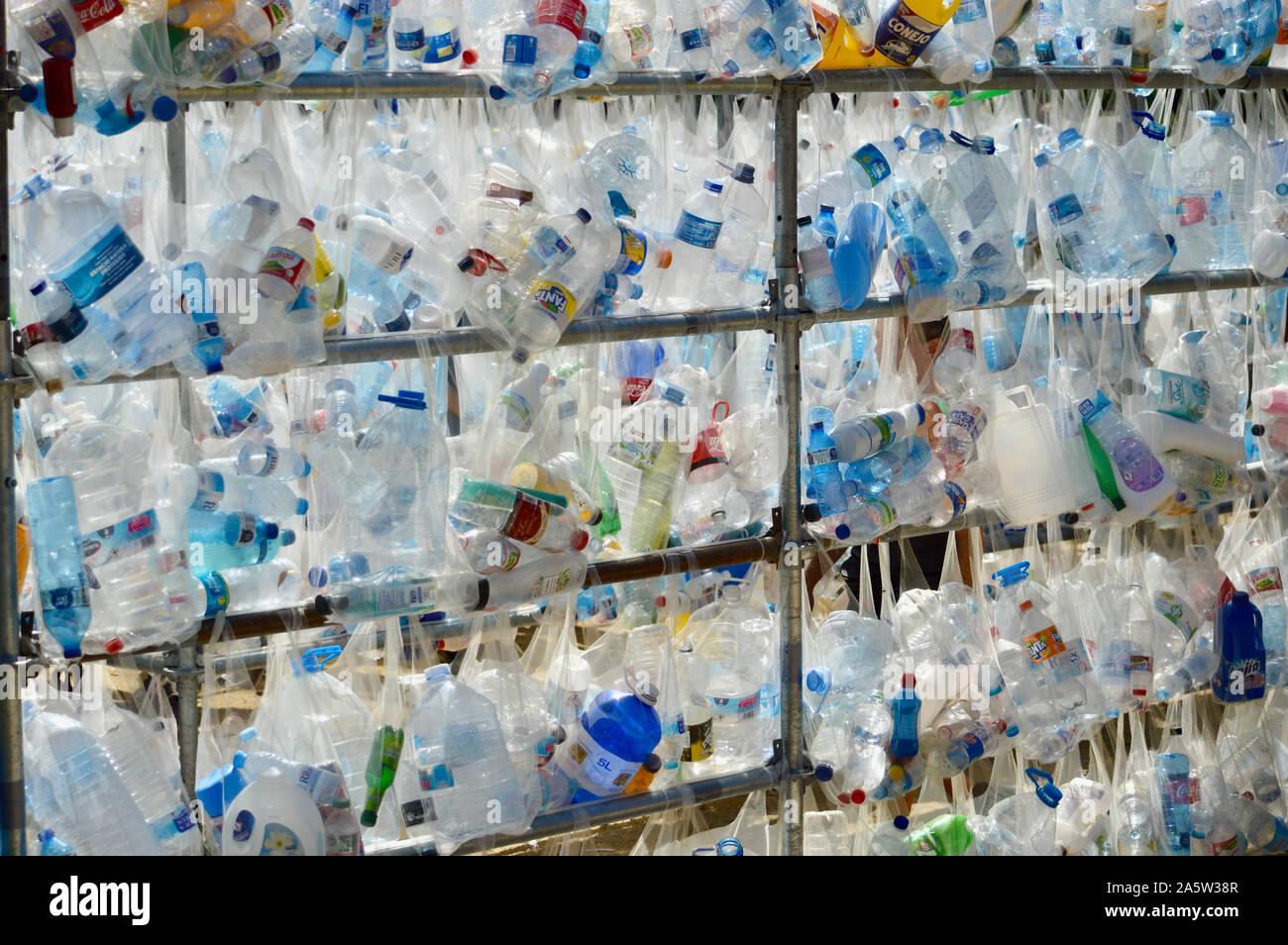 Eine Plastikflasche Kunst Ausstellung in Ciutadella Park während La Merce 2019 in Barcelona, Spanien Stockfoto