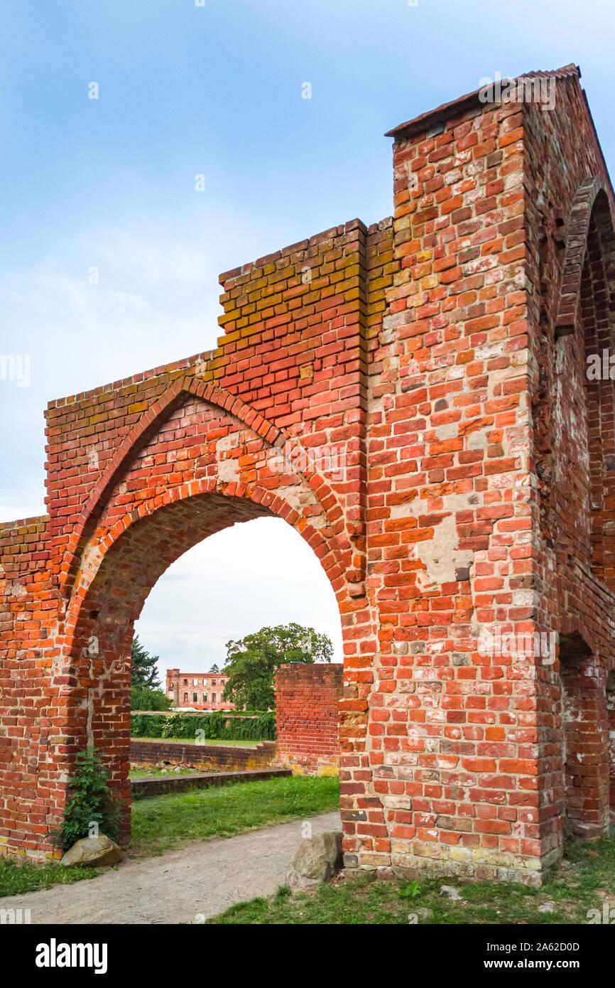 Ruinen einer mittelalterlichen Tor und Tor, Eingang zum Herrenhaus und Kloster Park in Dargun, Mecklenburg-Vorpommern, Deutschland, Europa. Stockfoto