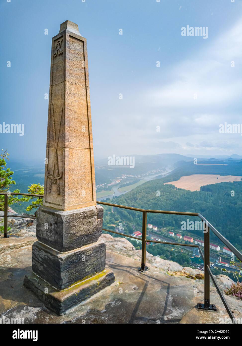 Elbsandsteingebirge (Sächsische Schweiz), Sachsen, Deutschland, Obelisk auf dem Lilienstein Rock der Aufstieg von König August der Starke gedenken und Stockfoto