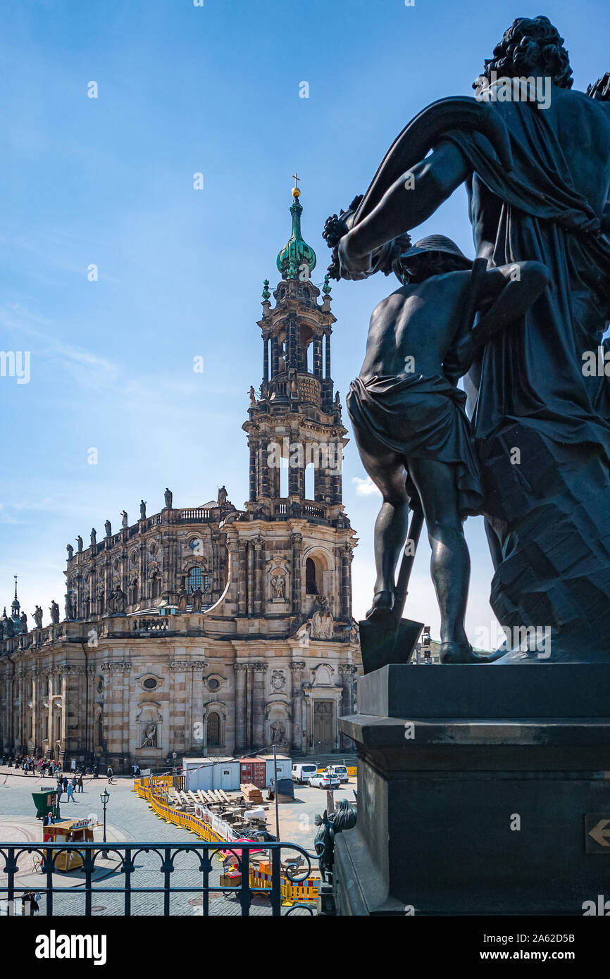 Die Bauarbeiten werden auf dem Schlossplatz vor dem Gericht kirche kathedrale Alias alias Hofkirche in Dresden, Sachsen, Deutschland im Gange. Stockfoto