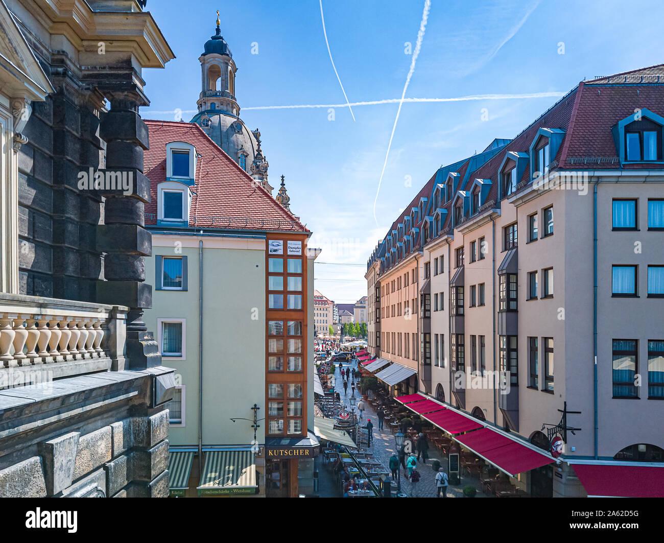 Touristische Blick hinunter Munzgasse Lane an der Frauenkirche in der historischen Altstadt von Dresden, Sachsen, Deutschland. Stockfoto