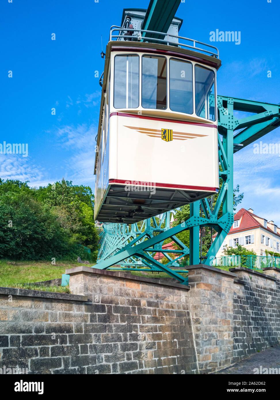Dresden, Sachsen, Deutschland - 23. Mai 2019: Die Dresdner Schwebebahn fahren bergab im Stadtteil Loschwitz. Stockfoto
