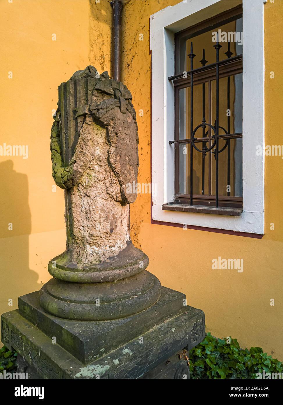 Fragment einer steinskulptur im Kirchhof der Kirche Maria am Wasser (Maria von der Gewässer) in Hosterwitz, Dresden, Sachsen, Deutschland. Stockfoto